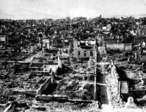 Dans leurs retraites l'armée grecque appliqua la politique de la terre brûlée. Alaşehi, comme de nombreuses autres villes, fut incendiée, une partie de ses habitants massacrés le 4 septembre 1922. La Croix-Rouge internationale diligentera une commission d'enquête sur ces crimes de guerre.