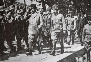 Mustafa Kemal et İsmet Pasha (Inönü), suivis par le colonel Sarroux et le député Franklin Bouillon, inspectent une unité turque peu avant la reconquête d'Eskişehir j au début de juin 1921, ...alors que les Français étaient toujours alliés avec les forces d'occupation !