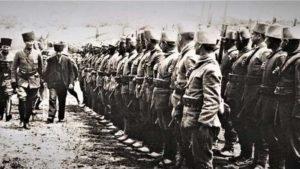 """Mustafa Kemal (Atatürk) inspectant les soldats de l'unité """"Kocaeli"""" de Khalid Pacha à Geyve Boğazı."""