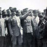 "Mustafa Kemal Atatürk discutant d'un projet de mémorial au ""soldat inconnu"" à Dumlupinar avec le Maréchal Fevzi Çakmak, Kazım Karabekir Pacha et Kemalettin Sami Pacha - 30 août 1924"