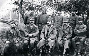 Prisonniers de guerre au camp d'internement de Kırşehir. De gauche à droite: Colonel Dimitrios Dimaras (commandant de la 4ème division), le Général Nikolaos Trikoupis (commandant du 1er Corps, le Colonel Adnan ou Kemaleddin Sami, le General Kimon Digenis (commandant du 2ème Corps) et le Lieutenant Emin.