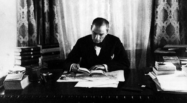 """Mustafa Kemal Atatürk lisant le """"Contrat social"""" de Rousseau"""