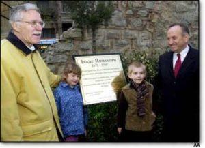 Dévoilement d'une plaque en l'honneur d'Isaac Rousseau à Péra, Istanbul le 28 mars 2012, en présence de M. Rémy Hildebrand, Président du CEJJR, et de Monsieur Kadir Topbaş, ancien maire de Beyoğlu/Istanbul (crédit photo AA).
