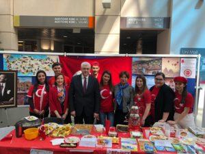 Le stand de l'AETG - visite de M. Mehmet Sait Uyanık, Consul général de Turquie à Genève, entouré par Mme Mediha Kaya, Vice-consule et Mme Begüm Atay, Consule - Global Village, édition 2019