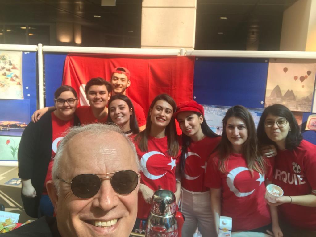 Le stand de l'AETG - Selfie avec un public comblé - Global Village, édition 2019