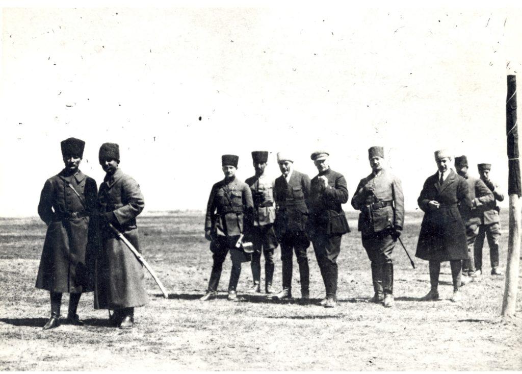 Mustafa Kemal Atatürk, Ismet (Inönü) Pacha (1er & 2e à partir de la gauche) et Aralov (au centre en casquette) lors des maneuvre militaires d'Ilgın - 01.04.1922